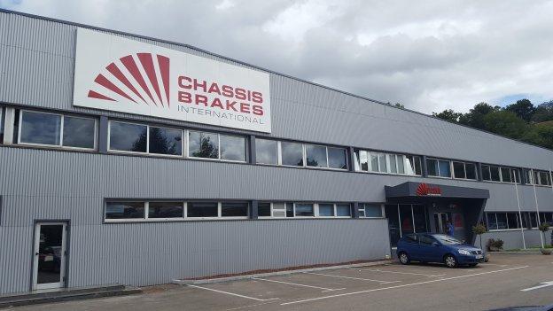 Fachada de la fábrica Chassis Brakes, la filial española del grupo internacional, ubicada en San Felices de Buelna.