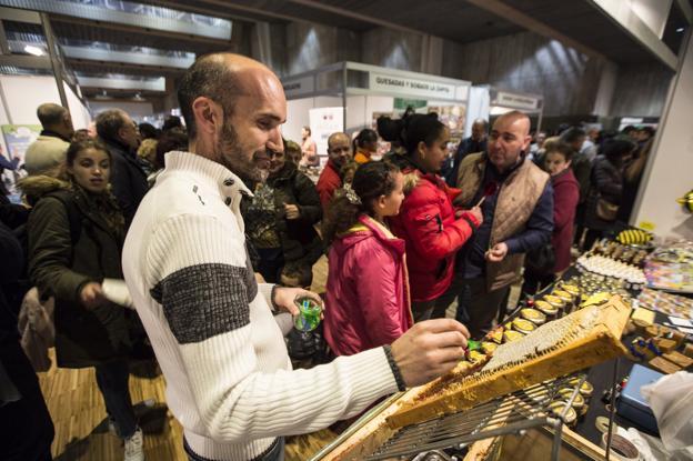 Rubén Varona, en su stand, en la recién celebrada Feria del Producto de Cantabria. /Javier Cotera