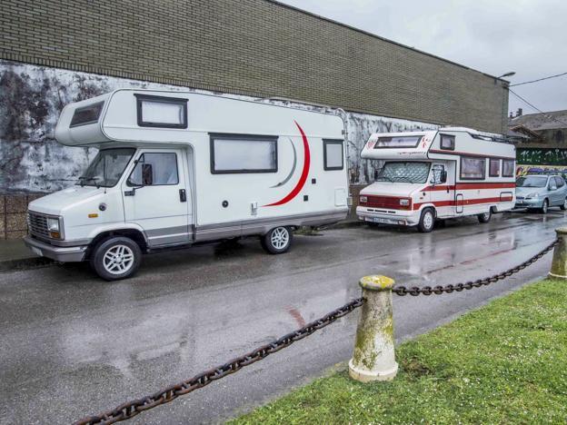 Algunas caravanas estacionan en los aparcamientos del muelle junto a las antiguas naves industriales. /Roberto Ruiz