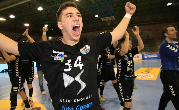 Ignacio Valles celebra la victoria que da el ascenso a ASOBAL
