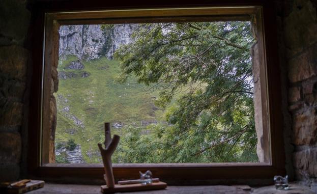 La postal está al otro lado de la ventana.