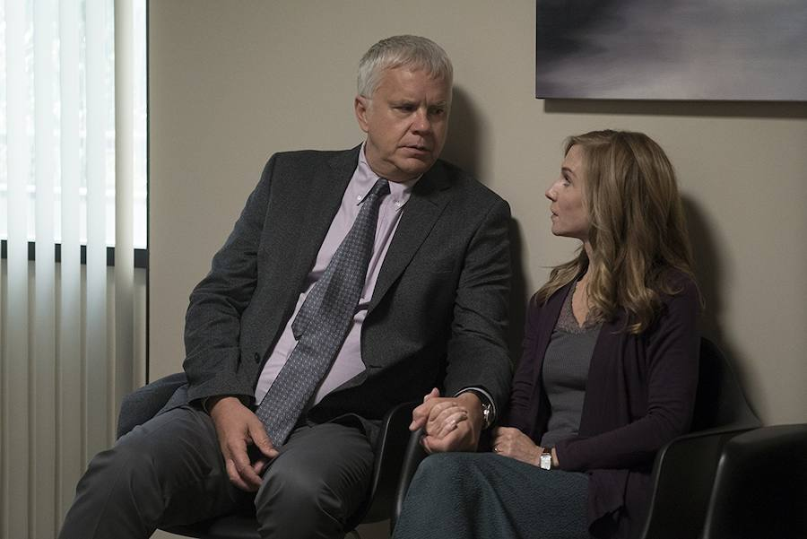 Tim Robbins y Holly Hunter en 'Here and now' (2018)./