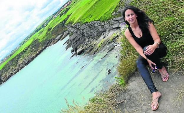 María Oruña, en el acantilado de Punta Ballota, en Suances. :: dm/