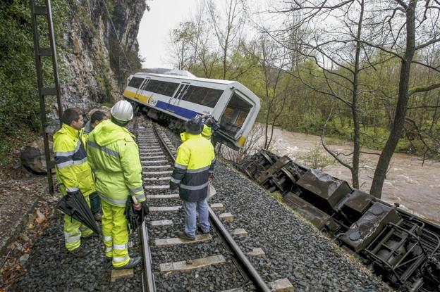 El descarrilamiento del tren de FEVE se produjo el 5 de abril de 2013. /Luis Palomeque