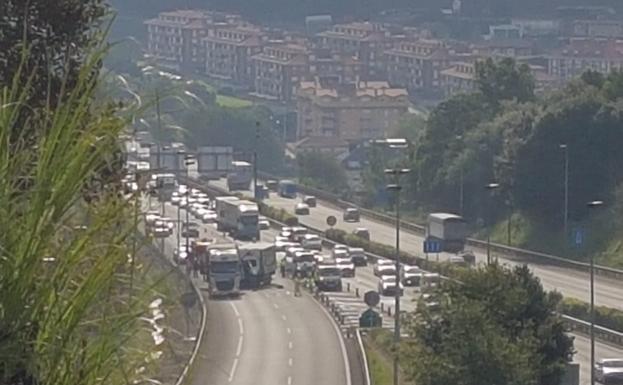 Imagen de la autopista cortada en el desvío hacia Torrelavega.