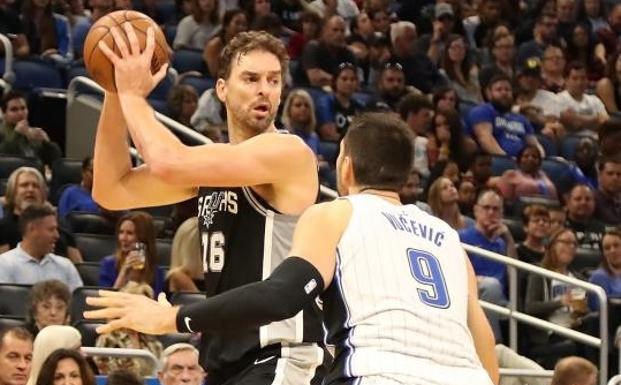 Pau Gasol, en una acción ante Nikola Vucevic, de los Orlando Magic. /Sam Greenwood (Afp)