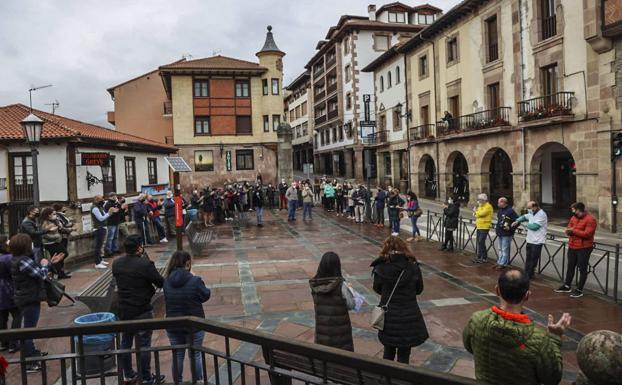Un centenar de hosteleros lebaniegos se concentran en Potes para protestar por las restricciones impuestas al sector